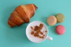Cappuccino com croissant e macarons Imagem de Stock Royalty Free