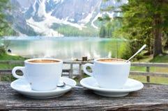 Cappuccino com o fundo maravilhoso do lago Braies - dolomites - Itália foto de stock royalty free
