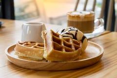Cappuccino com os waffles do gelado Fotografia de Stock