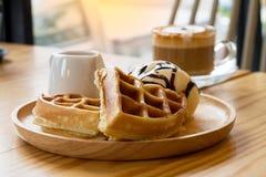 Cappuccino com os waffles do gelado Fotos de Stock