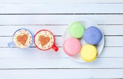 Cappuccino com símbolo e macaron da forma do coração Imagens de Stock Royalty Free