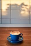 Cappuccino con arte del latte su un controsoffitto di legno Fotografia Stock