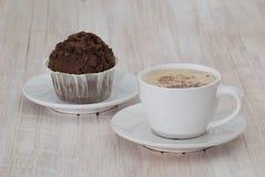 Cappuccino con i muffin del cioccolato Fotografia Stock