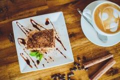 Cappuccino con il tiramisù sulla tavola di legno Immagine Stock Libera da Diritti