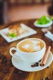 Cappuccino con il tiramisù sulla tavola di legno Fotografia Stock Libera da Diritti
