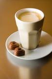 Cappuccino con los chocolates Foto de archivo libre de regalías