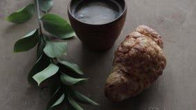 Cappuccino croissant na drewnianym tle na stole i kawa Doskonalić śniadanie w ranku Wieśniaka styl zbiory wideo