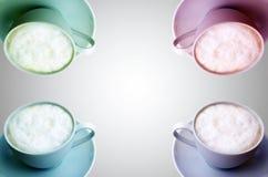 cappuccino Cuatro tazas de capuchino en el fondo blanco Foto de archivo