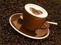 Cappuccino décoré de la forme de coeur image libre de droits
