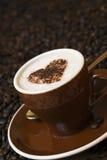 Cappuccino décoré de la forme de coeur de cacao Photo libre de droits