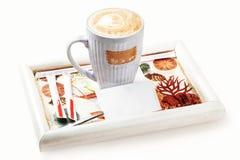 Cappuccino délicieux avec une photo d'une feuille d'un arbre sur un s photographie stock libre de droits