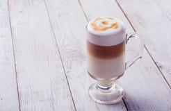 Cappuccino délicieux sur la table en bois de planche Photo libre de droits