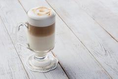 Cappuccino délicieux sur la table en bois de planche Photographie stock