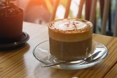 Cappuccino da manhã quente Na tabela Imagem de Stock Royalty Free