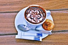 Cappuccino dans la tasse photographie stock libre de droits