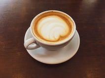 Cappuccino dans un restaurant, à une pause-café image stock