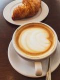 Cappuccino dans un restaurant, à une pause-café photo stock