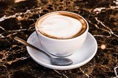 Cappuccino dans un restaurant, à une pause-café image libre de droits