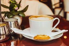 Cappuccino dans un restaurant, à une pause-café images libres de droits
