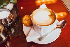 Cappuccino dans un restaurant, à une pause-café photos libres de droits