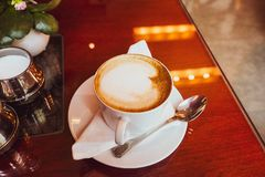 Cappuccino dans un restaurant, à une pause-café photo libre de droits