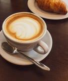 Cappuccino dans un restaurant, à une pause-café photographie stock libre de droits
