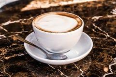 Cappuccino dans un restaurant, ? une pause-caf? photographie stock