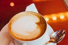 Cappuccino dans un restaurant, ? une pause-caf? photos libres de droits