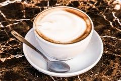 Cappuccino dans un restaurant, ? une pause-caf? photo libre de droits