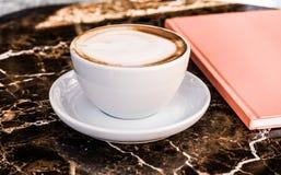 Cappuccino dans un restaurant, ? une pause-caf? photo stock