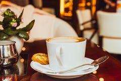 Cappuccino dans un restaurant, ? une pause-caf? photographie stock libre de droits