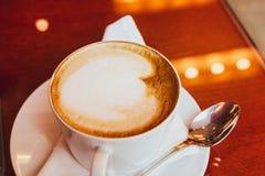 Cappuccino dans un restaurant, ? une pause-caf? photos stock