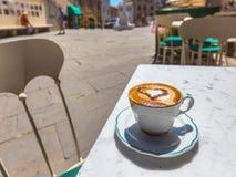 Cappuccino dans une ville italienne Images stock