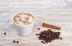 Cappuccino de café avec de la cannelle dans la tasse blanche image stock