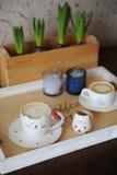 Cappuccino de café dans la tasse mignonne sous forme de chat Sur un plateau en bois Bougies sur le fond Image stock