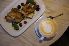 Cappuccino de café dans une tasse de café sur la table en bois et pain grillé avec la crème glacée  Photos stock