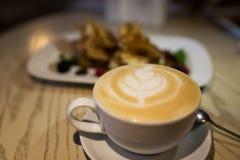 Cappuccino de café dans une tasse de café sur la table en bois et pain grillé avec la crème glacée  Images stock