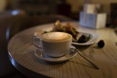Cappuccino de café dans une tasse de café sur la table en bois et pain grillé avec la crème glacée  Photos libres de droits