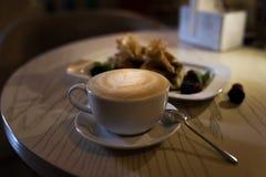 Cappuccino de café dans une tasse de café sur la table en bois et pain grillé avec la crème glacée  Images libres de droits