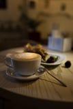 Cappuccino de café dans une tasse de café sur la table en bois et pain grillé avec la crème glacée  Photographie stock