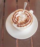 Cappuccino de café de tasse sur la table en bois Photos stock