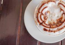 Cappuccino de café de tasse sur la table en bois Photos libres de droits