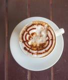 Cappuccino de café de tasse sur la table en bois Photographie stock libre de droits