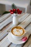 Cappuccino della tazza di caffè con i bigné fotografie stock libere da diritti