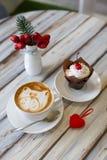 Cappuccino della tazza di caffè con i bigné fotografia stock libera da diritti