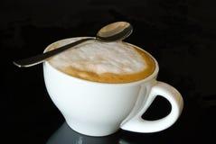 Cappuccino della tazza sul nero Immagini Stock Libere da Diritti
