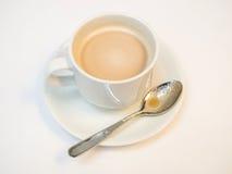 Cappuccino in der weißen Schale Stockfotos