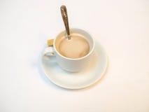 Cappuccino in der weißen Schale Lizenzfreies Stockfoto