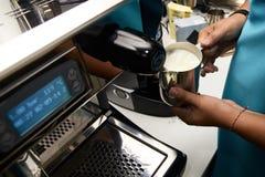 Cappuccino do café Barista do trabalho Preparação da bebida Imagens de Stock Royalty Free