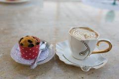 Cappuccino do café com o bolo doce chicoteado com moedura Fotos de Stock Royalty Free